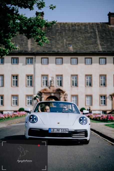 Hochzeitsauto mit Brautpaar